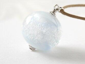 ガラスネックレス【浅青】縞の小石 L88の画像