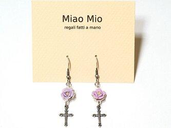 薄紫の薔薇とシルバー・クロスのピアス-パープルのバラと十字架の画像