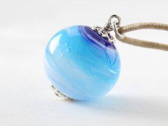 ガラスアクセサリー【青氷】縞の小石 M13の画像