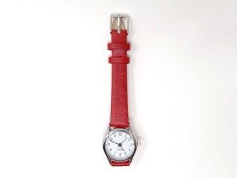 赤いベルトの腕時計の画像