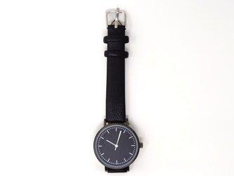 黒い文字盤の腕時計の画像