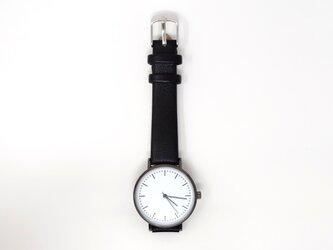 白い文字盤の腕時計の画像