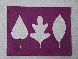 カフェマット紅紫色 ベージュ色の葉っぱの画像