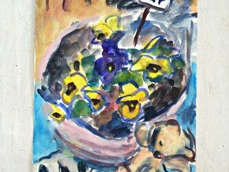 庭に咲いたパンジーの画像