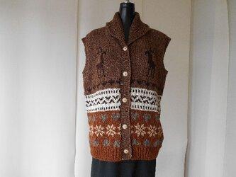 ブラウンのカウチン模様の編み込みベストの画像