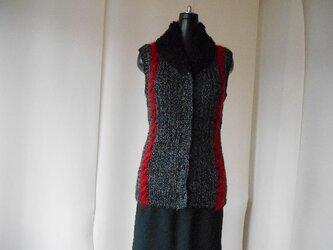 チャコールグレーと赤の模様編みベストの画像