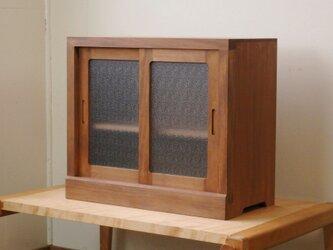 框組みの小さな戸棚 茶色 霞ガラスの画像