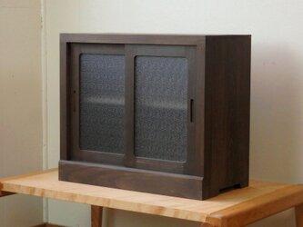 框組みの小さな戸棚 茶黒 霞ガラスの画像
