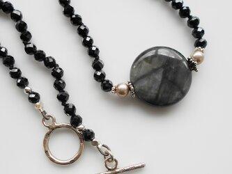 グレークォーツとブラックスピネルのネックレスの画像