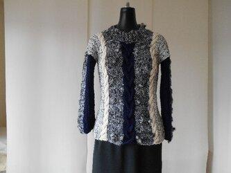 白黒ボップル糸のの多色使い模様編みセーターの画像
