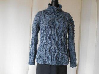 グレーツィードの模様編みセーターの画像