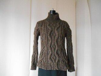 ブラウンツィードの模様編みセーターの画像