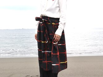 着物リメイク●銘仙のリボンスカート(黒に赤の格子柄・M)の画像