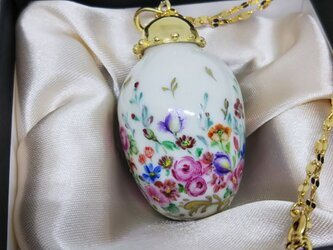 白磁絵付けペンダントネックレス 赤系の小花の画像