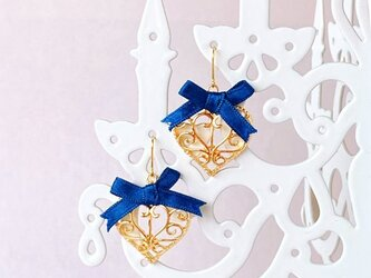 青いサテンリボンが可愛いキュートな透かしハートピアス/イヤリングの画像