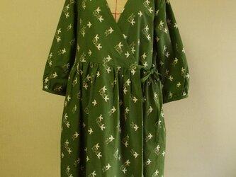 鳥刺繍ステッチ柄ローブ風カシュクールワンピース  M~Lサイズ カーキ色の画像