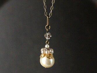 《ブロッサム・クラウン シリーズ》ヴィンテージ・花冠のバロック・ガラスパール ネックレス ペンダント 真鍮の画像