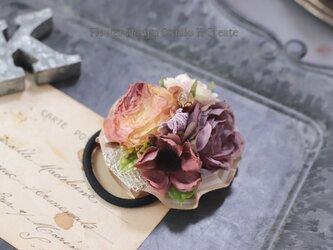 ピーチピンクのアンティークローズのヘアゴム リボン お花 ヘアゴム 髪飾り 秋色 お出掛け ヘアアクセサリーの画像