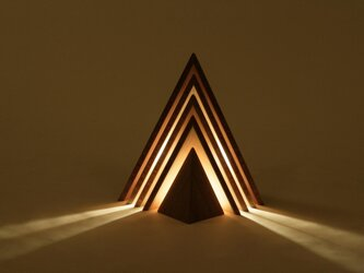 手仕上げでつくる、幻想的な三角のランプの画像