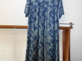 タイ藍ろうけつ染め木綿布を使ったゆったりワンピース  マスク付きの画像