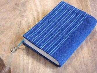 藍色手織り 文庫本サイズのブックカバー⑪ 栞+ラッキークローバーのチャーム付き (サイズ一定)の画像