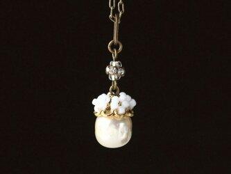 小さなコスチュームジュエリー タペストリーワークとバロックガラスパール(白) ベリーのようなネックレス ペンダントの画像