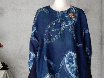 着物リメイク   藍染 チュニックブラウス/ブローチ付き/M~Lの画像