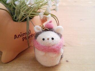 マフラーをしておでかけ つぶらな瞳の臆病なハリネズミさん 羊毛フェルト ピンクの画像