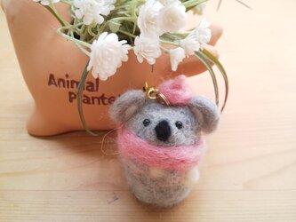 マフラーをしておでかけ つぶらな瞳の小さなコアラさん 羊毛フェルト ピンクの画像