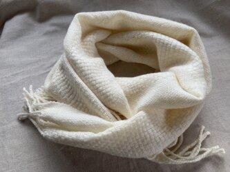 ウールの白いマフラー 手紡ぎ 天然素材の画像