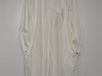 オフホワイト色シャツワンピース 台衿付きの画像