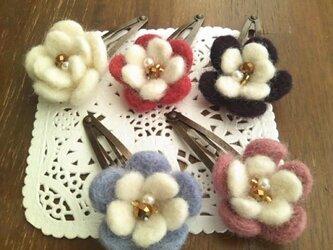羊毛フェルトのお花のヘアピンの画像