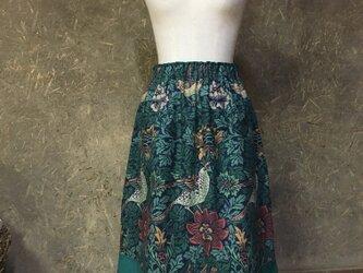 ウィリアムモリス鳥と花柄模様グリーンのスカートの画像