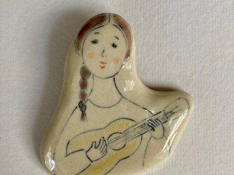 ブローチ ウクレレを弾く女の人の画像