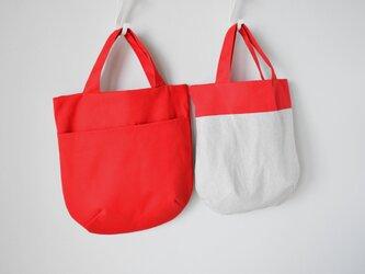*リバーシブルのラウンド型トートバッグ (赤)の画像
