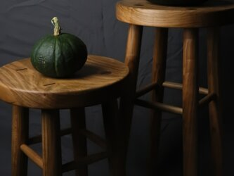 桜の木で出来た丸脚のちょっと座面が高いスツール。ちょっと座りませんか? 南瓜は、販売致しません。の画像