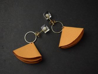 ライスフラワーとレザーチャームのピアス オレンジ(無料ギフトラッピング, メッセージカード, 誕生日プレゼント)の画像