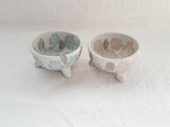 花模様 3つ足小鉢 ピンク青2こセット マット釉薬の画像