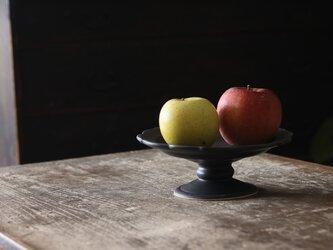 陶器のコンポート 黒 稜花型の画像