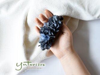 紫陽花のバナナクリップ ブルーブラック×ブルー リボン 大人の髪飾りの画像
