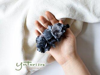 紫陽花のバナナクリップ ブルーブラック×グレー リボン 大人の髪飾りの画像