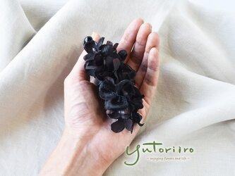 紫陽花のバナナクリップ ブラウンブラック×ブラック リボン 大人の髪飾りの画像