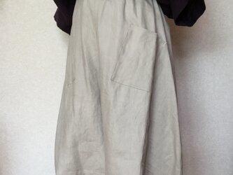 マッシュルーム色リネン100%のバルーンキュロットの画像