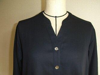 綿ジョーゼットのVあき衿付きブラウス(濃紺)の画像