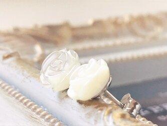 《Sv925》シンプルでキュート!薔薇のスタッドピアス  マザーオブパール 柔らかな花びらラインに癒されます♡ の画像