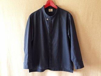 シンプルチョコンスタンドカラーシャツ(紺) unisex Mの画像
