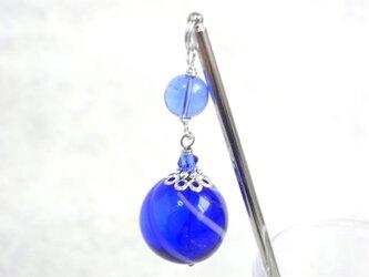 夏祭りのヨーヨーの様な紺色の吹きガラスのかんざし 大玉の画像