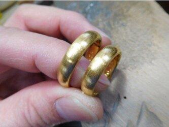 結婚指輪 手作り(鍛造&彫金)純金 k24製 粗く仕上げた純金の輝きが美しい!幅広くてボリュームがある甲丸デザインの画像