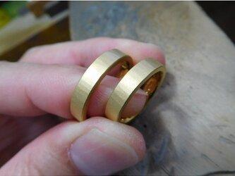 結婚指輪 手作り(鍛造&彫金)純金 k24製 4ミリ幅の平打ちリング&浅めの槌目に艶消しで美しい仕上がり!の画像