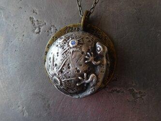 月とヤモリのペンダントの画像